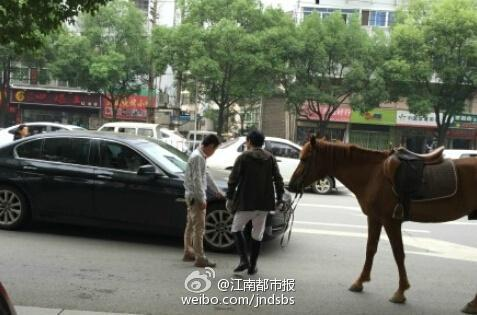 9月22日,南昌市红谷滩上演一场奇葩交通事故——真马撞宝马。据介绍,当时马主人牵着马出来,遇到一辆拐弯的宝马车,车辆鸣喇叭惊吓了马,马蹄把车踢出了一个凹痕。