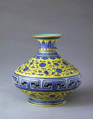 黃地青花纏枝花紋轉心瓶,清乾隆,現藏於北京故宮博物院