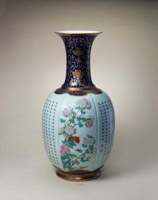 霽藍地描金粉彩詩句花卉紋大瓶,清乾隆,現藏於北京故宮博物院