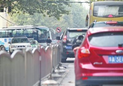 昨日是无车日,农业路与南阳路交叉口附近多路段施工,拥堵依旧。