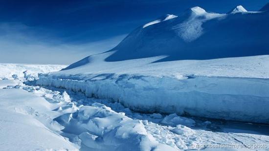 如今的南极洲冰天雪地,一片纯白。