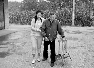 在邓曼君的精心照料下,养父已能蹒跚行走。