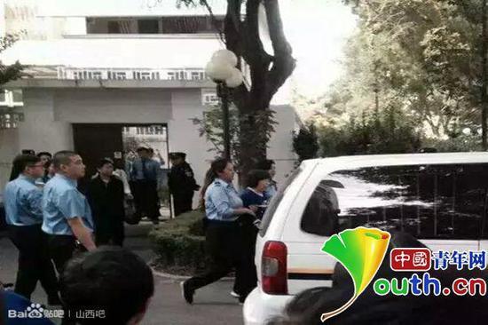 警方带走长治医学院附属医院原院长魏武。