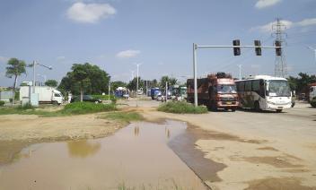 ▲椰海大道坑坑洼洼,路面破损严重