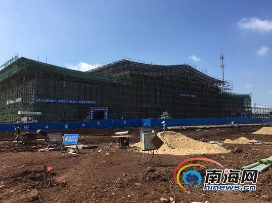 海南西环高铁老城站主体工程已完工,站房正在装修,站前广场正在建设中。(南海网记者李晓梅摄)