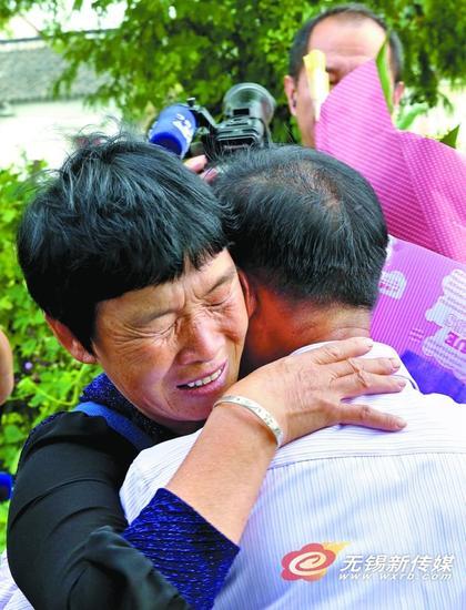 图为邓增书见到离别55年的大哥周金初,抱头痛哭。