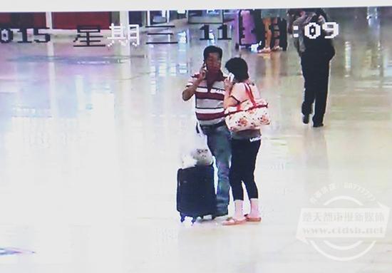 犯罪嫌疑人吴某寻找作案目标与旅客搭讪