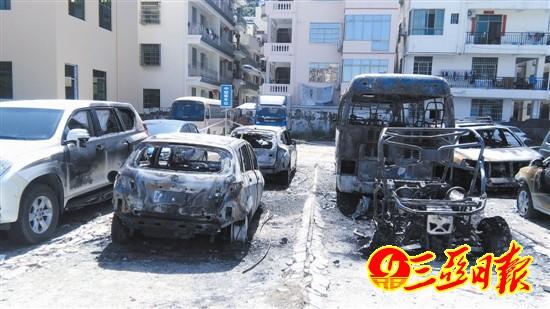 被燃毁的汽车。赵庆山 摄