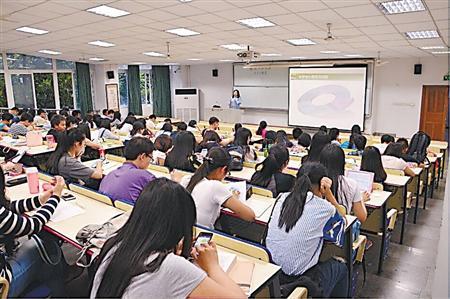 胡晓在给同学们上恋爱心理学 受访者供图