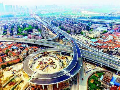 图为:汽车通行高架桥。(记者梅涛 视界网 陈明 李晓静 摄)