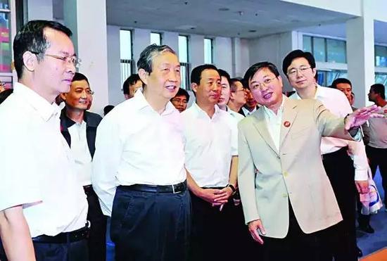 中共中央政治局委员、国务院副总理马凯出现在北京通信展的现场