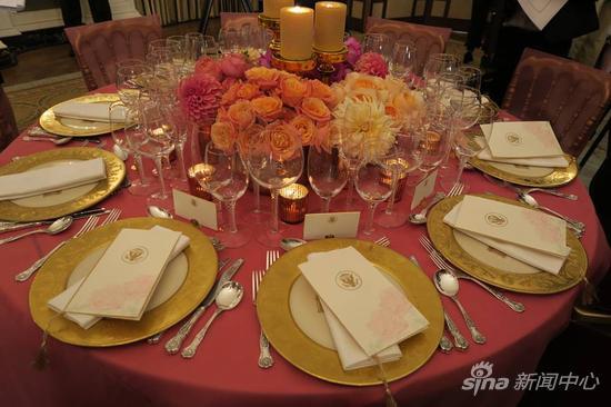 白宫将席开20桌, 200位中美政商名流共同在白宫举杯。现场以大量玫瑰作为布置。唐家婕/摄