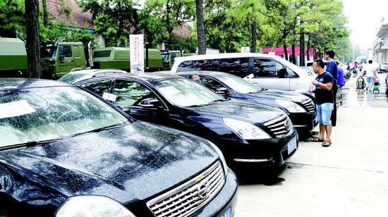 图为:市民冒雨看车