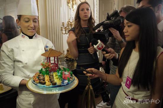 """莫瑞森向新浪介绍""""花园漫步""""的甜点拼盘,中间的南瓜月饼希望让中国客人感受到佳节温暖"""
