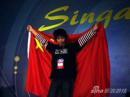 2005年,Sky身披国旗站上领奖台的一刻成为经典