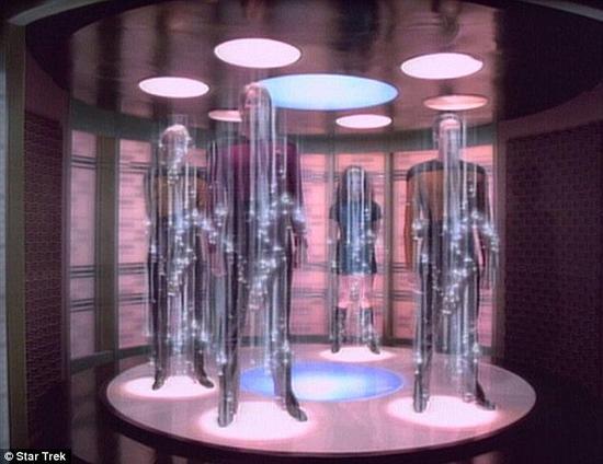 人体的瞬间传送是科幻电影《星际迷航》中的场景(如图)。批评者们认为人体内含有太多的原子,因此难以转化为物理数据并能够再次异地复原。而你如果想要传输一个活生生的生命,那就还得使它在传输目的地继续存活下去