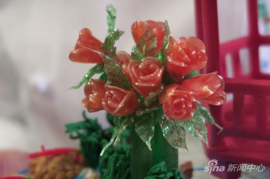 """""""花园漫步""""上的十朵小玫瑰,是白宫甜点师用翻糖手工打造"""