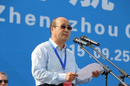郑州市委副书记、市委秘书长胡荃致开幕词