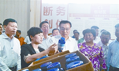 上海易恒健康科技有限公司董事长王影向总理介绍公司产品