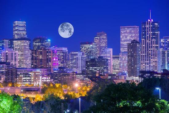 超等玉轮能够是新月或满月,分辨称为超等新月或超等满月,超等满月可见而超等新月不可见(?bigstockphoto.com/ duallogic)