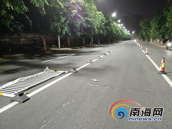 9月13日凌晨,琼州大道过了凤翔路进入市区路段单行道中间加装隔离栏(南海网记者姜飞摄)