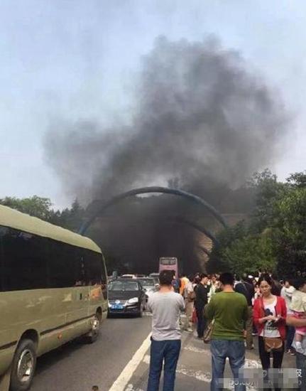 爆炸造成隧道堵塞停车