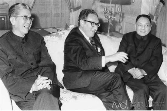 当地时间1974年4月15日,美国纽约华尔道夫酒店,基辛格(中)和邓小平(右)谈笑风生。资料图片