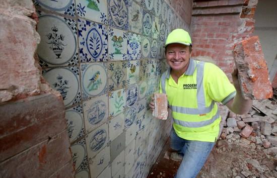 這片瓷磚藏在一面假牆之後。 (網頁截圖)