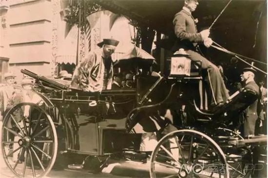 1897年,中国政治家李鸿章访问美国,入住华尔道夫酒店的旧址,成为历史上下榻该饭店的首位华人政要。资料图片