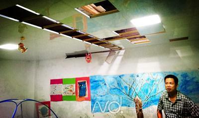 大蟒蛇就是藏身在这里的天花板上。南都记者李立君摄