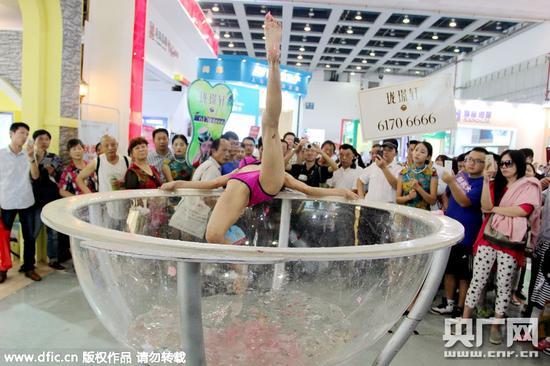 女模现场跳洗澡舞