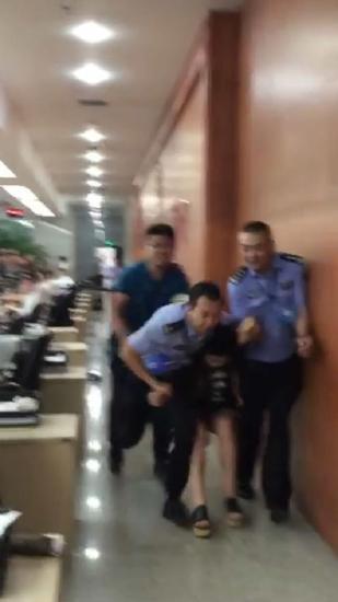 监拍:短裙美女跨上工作台 暴打交警