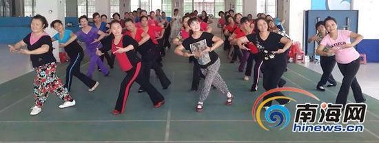 海南省群众艺术馆举办的海南原创广场舞培训班。本报记者李佳飞摄