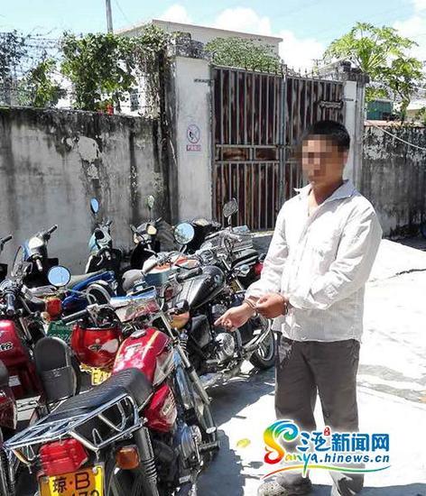 9月26日傍晚,一男子三亚骑摩托车恶意闯红灯,刮伤执勤交警被拘15日罚款1500元。(三亚新闻网记者沙晓峰摄)