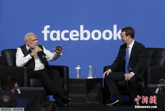 印度总理莫迪访Facebook总部 与扎克伯格熊抱