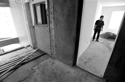 装修五天后,厨房和生活阳台的一堵墙已被完全敲掉,陈锋(化名)才发现装错了房子。