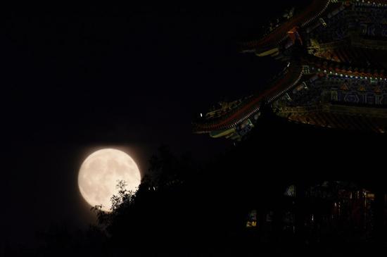 2015年09月27日,北京,今年的中秋月将是自2006年以来距离地球最近、视直径最大的。中秋月最大最圆,平均9年才出现一次。这是在北京景山拍摄的月亮。