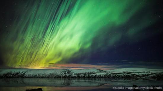 冰岛上空的北极光