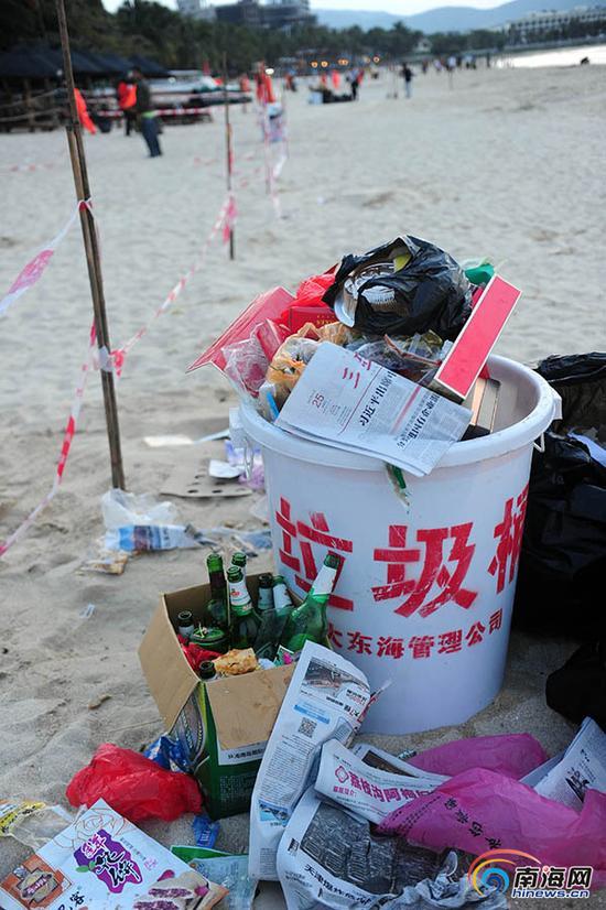 9月28日,环卫工人及景区工作人员在三亚大东海海滩上清理赏月后留下的垃圾。(南海网记者沙晓峰 摄)