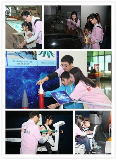 志愿者带领盲童体验科技馆中的互动项目