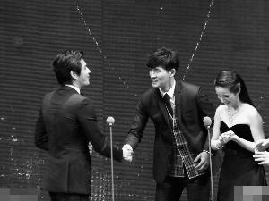周渝民(中)和林依晨担任颁奖嘉宾,为蓝正龙(左)颁奖