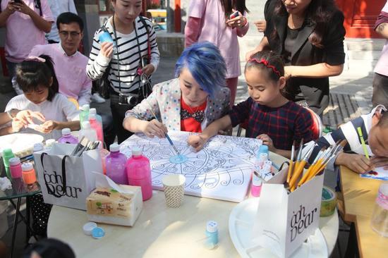 I Do基金爱心天使王艳、黄雅莉与孩子们一起画画