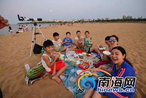 27日傍晚,这个家庭成员早早来到白沙门沙滩,吃饭赏月两不误。本组图由南国都市报记者陈卫东摄