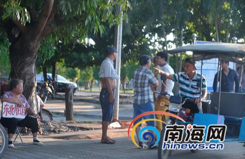 记者9月25日下午在海口火车站外看到,许多拉客人员聚集在一起。
