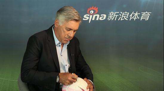 安切洛蒂签名足球