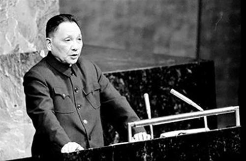 """1974年4月6日,邓小平在联合国大会第六届特别会议上发言。他在会上发言阐述了毛泽东主席提出的划分""""三个世界""""的理论和中国对外关系的原则。"""