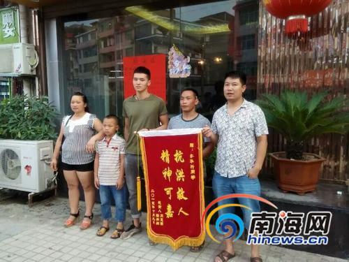 获救儿童家长送来锦旗,左三为齐华兴。(图由本人提供)