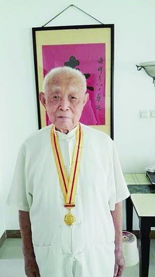 吴大爷戴着抗战胜利70周年纪念章(家属供图)