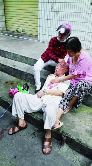 骑电动车女子(左)用毛巾帮老人止血(市民供图)