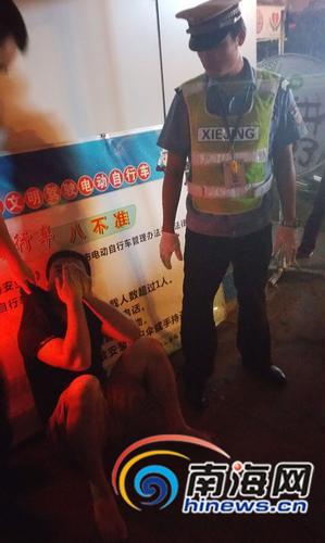 男子得知记者采访后,停止了胡言乱语,双手捂脸。南国都市报记者徐培培摄